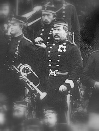 Udsnit af foto med 11. Regiments officerskorps under våbenhvilen 1864 . Det formodes at være omtalte Stabshornist Johann Friederich Wilhelm Hennings med sit kæreste eje - klaphornet. (Foto: Det Kgl. Bibliotek)
