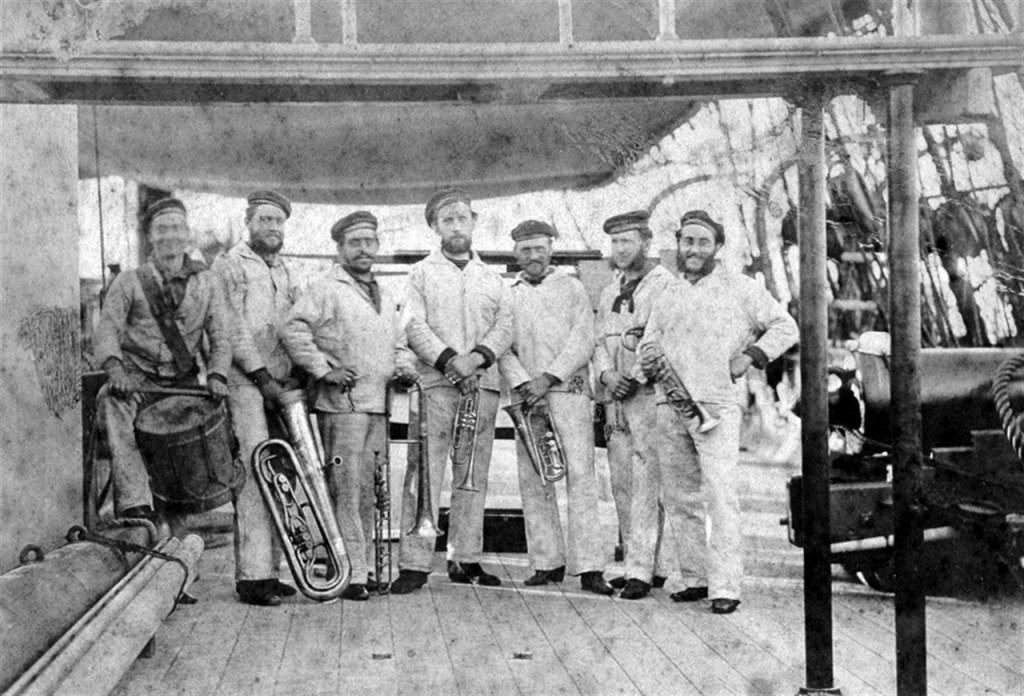 Marinens Musikkorps ombord på panserfregatten Peder Skram 1870. (Foto: Forsvarets Biblioteks Fotoarkiv)