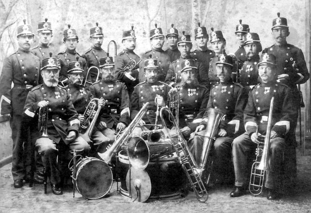 8. Regiments Musikkorps, Aarhus, ca. 1890. Stabshornblæser Julius Bergmann sidder midt i forreste række.