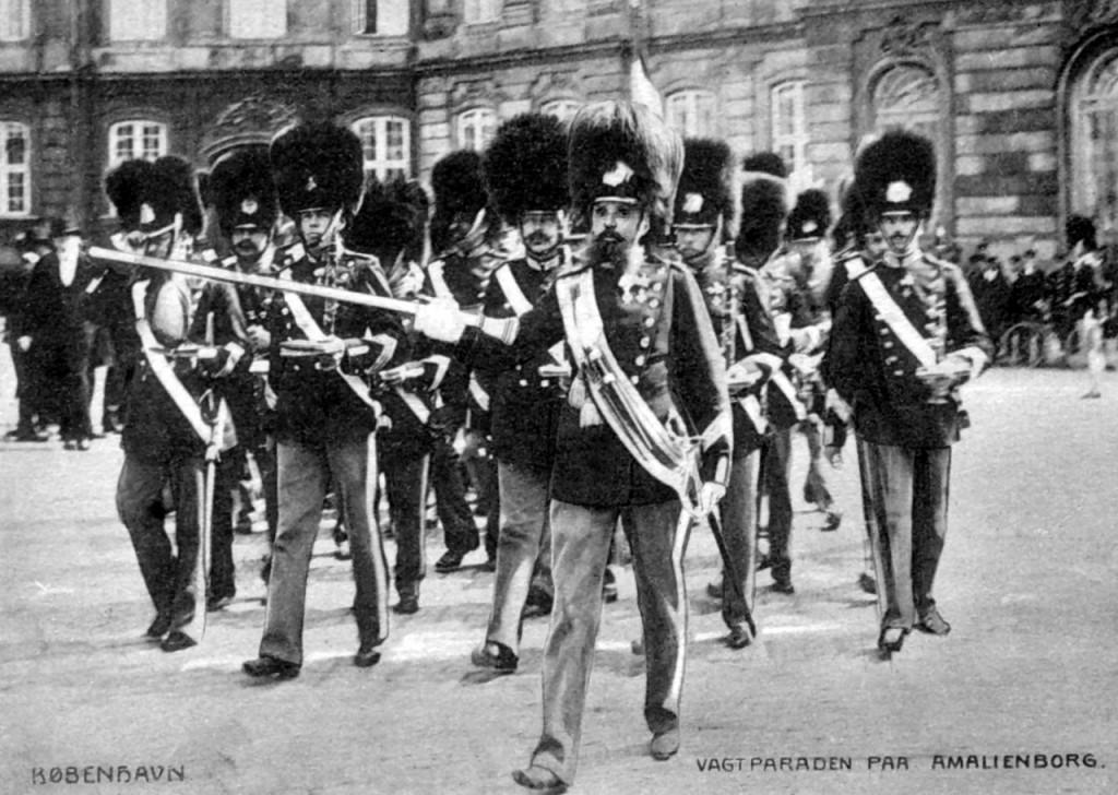 Vagtparade på Amalienborg 1911. Læg mærke til, at alle musikere dengang bar bandolér med sabel. Forrest stabstambour Lauritz Løvgreen. (Postkort)