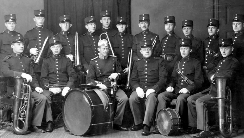Kongens Livjæger Korps Musikkorps 1912. Stabshornblæseren er fra Livgardens Musikkorps.