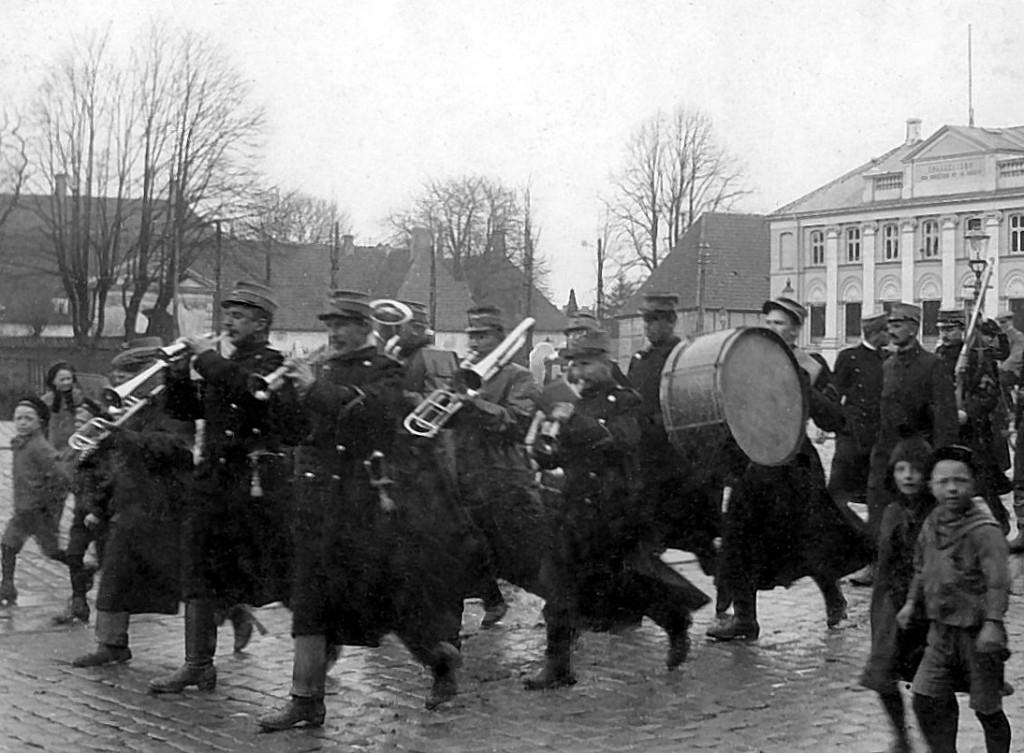 8. Regiments Musikkorps på Raadhustorvet 1914 (postkort fra Flensborgs Boghandel)