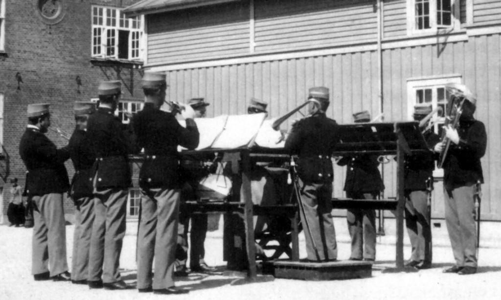 Middagskoncert i kasernegaarden ca. 1916