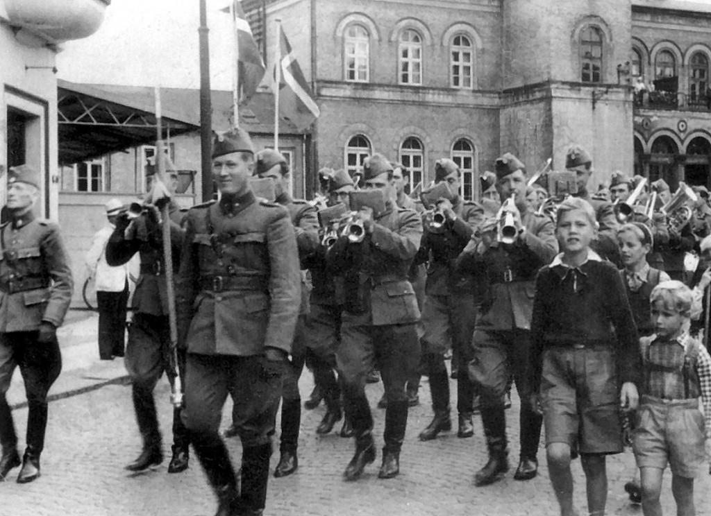 4. Regiments Musikkorps med musikdirigent Carl Simonsen på fløjen passerer Hestetorvet 1945 (postkort fra Flensborgs Boghandel)
