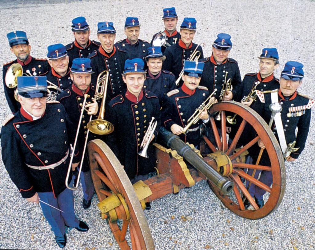 8. Regiments Musikkorps (det genoprettede) i 1993. Undertegnede i første række mellem musikdirigent Arne Ole Stein og stabstambour Jørgen Toronczyk. (Foto: Teit Hornbak)