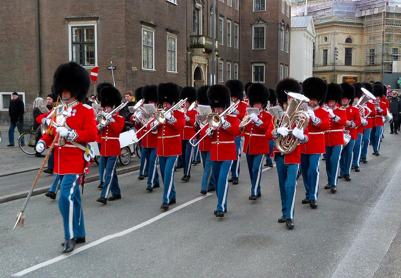 Den Kongelige Livgardes Musikkorps i rød galla 2012 med stabstambour Søren Rønløv (Foto: Kenneth Gerlach)