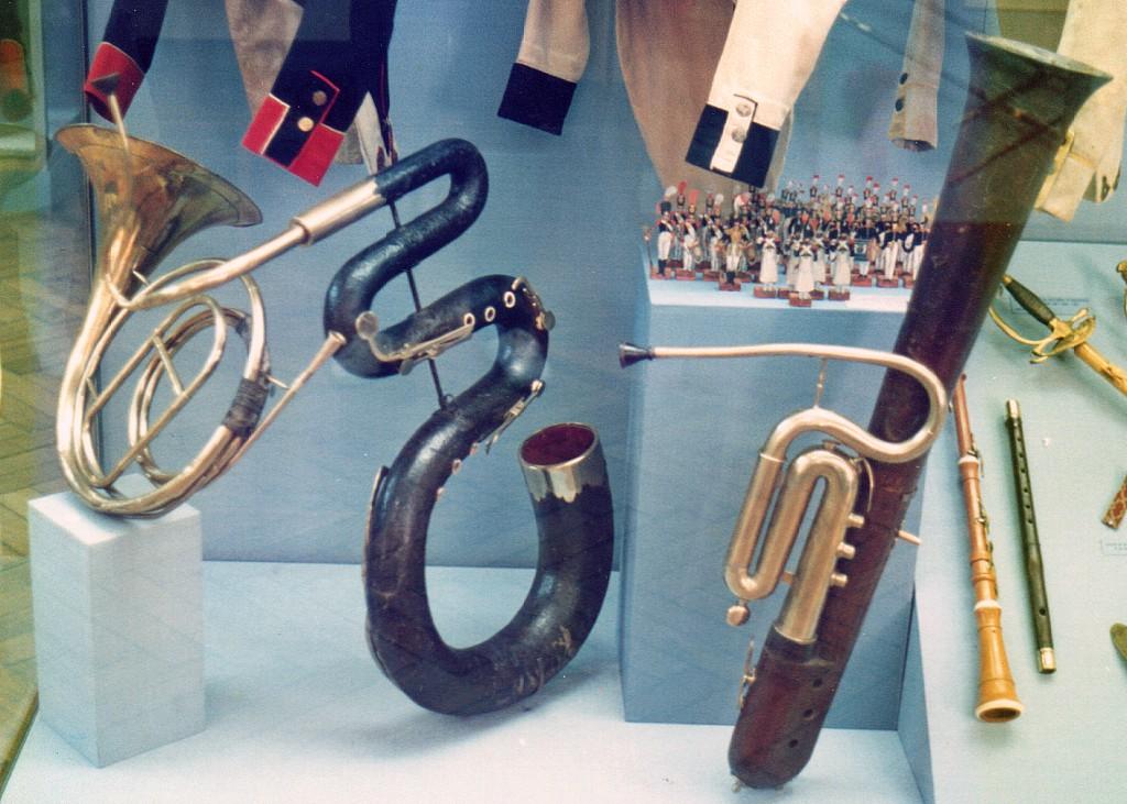 Militærmusikinstrumenter fra 1700-tallet. Fra venstre valdhorn, serpent, ophikleide, hautbois og fløjte - fotograferet på det franske armémuseum i Paris. (Foto: Mogens Gaardbo)