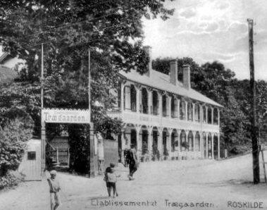 Trægaarden med musiktribunen (postkort fra Flensborgs Boghandel)